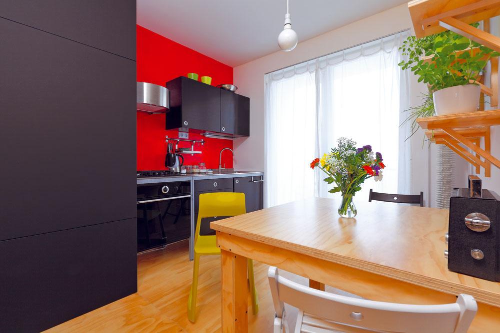 Kuchyňa je vybavená elegantnou čiernou linkou zIKEY. Príjemný kontrast knej vytvára červená stena. Tú si presadila aaj sama namaľovala Katka.