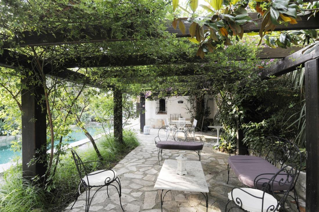 """Idylicky """"kučeravý"""" záhradný nábytok, vinič a brečtan – to k štýlu provensálskeho vidieka jednoducho patrí."""