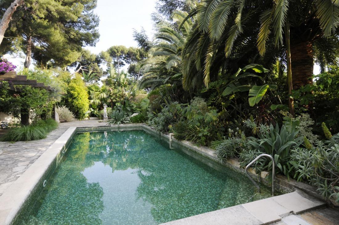 Ešte malá exkurzia po exteriéri. Pri správnej vile predsa nechýba bazén. Pre dnešok typické obklady nahradil kameň. Nechýbajú ani romanticky pôsobiace palmy.