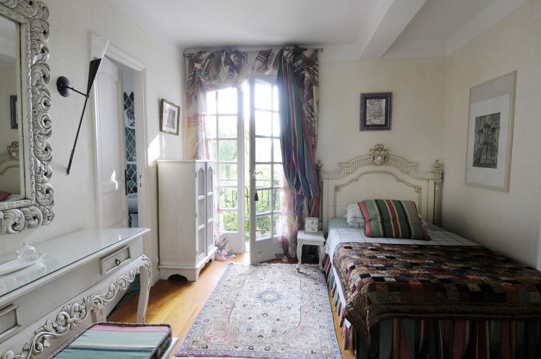 Vitajte v tradičnej provensálskej spálni. Je samozrejme zariadená bledým, trochu opotrebovane pôsobiacim starožitným nábytkom. Má zdôrazniť rustikálny ráz a nostalgické tóny.