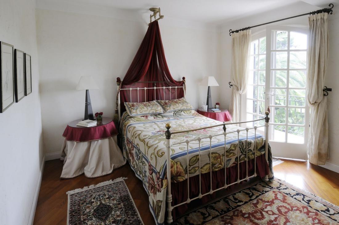 Koberčeky, dečky, obrúsky, závesy a iné textílie sa na starodávnom francúzskom vidieku tiež používali vo veľkom. Museli byť výrazné, no jemné, presne ako tieto – závesy na oknách neprehliadnete, ale nebránia svetlu romanticky zalievať interiér.