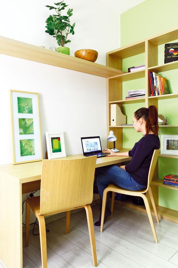 Nábytok do pracovne, ako aj všetok nábytok vbyte navrhli anechali vyrobiť na mieru. Iba nábytkom presne na mieru sa totiž dá ideálne využiť daný priestor. Výnimkou sú stoličky – vpracovni sú dve dubové.