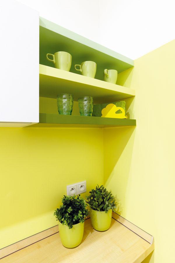 Farebnosť kuchyne nadväzuje na zvyšok bytu. Malému bytu by priveľká pestrosť uškodila – priestor by rozbila a vyzeral by menší.