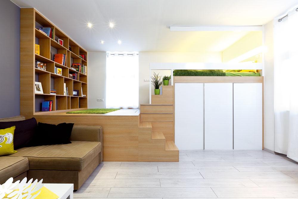 """Viac vrstiev priestoru. Nad nedostatkom plochy architektky zvíťazili využitím miestnosti vcelej jej výške. Z""""obývačky na prízemí"""" sa dostanete cez """"knižnicu na medziposchodí"""" do spálne (respektíve postele) na najvyššej úrovni. Apod všetkým sú možnosti na odkladanie."""