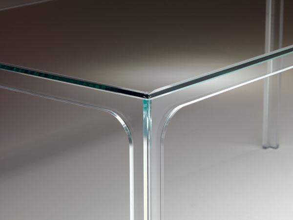 2008  Oscar Table, modernistické dielo celé zo skla, ktoré navrhol Pier Lissoni pre firmu Glas Italia, je krajným zjednodušením Le Corbusierovej idey. Vyrábajú ho vštyroch veľkostiach, najdlhší je so svojimi 230 cm o5cm dlhší ako LC10-P. Lissoni vytvoril množstvo skvelých stolov aj pre iné firmy (napríklad Cassina či Kartell), no Oscar, ocenený okrem iného štyrmi cenami na veľtrhu IMM vKolíne nad Rýnom v roku 2009, je nepochybne jedným zvšeobecne najslávnejších stolov. Pre výrobcu, lombardskú firmu, ktorá existuje od roku 1970, navrhol Lissoni, aktívny aj ako architekt, vroku 2010 nové sídlo vlombardskom mestečku Macherio. Steny sú vňom, ako inak, zväčša sklené. Tvorca sa však nehlási k Le Corbusierovi, ale k dánskym klasikom Arnemu Jacobsenovi aPoulovi Kjaerholmovi, hoci Kjaerholmov stôl PK61 so sklenenou doskou z roku 1961 je celkom inak koncipovaný. 4770 €, Glas Italia