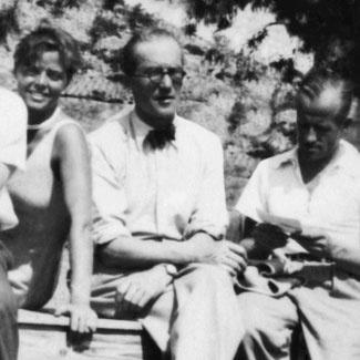 Le Corbusier  (1887 – 1965) Pierre Jeanneret  (1896 – 1967) Charlotte Perriand  (1903 – 1999) Le Corbusier, vlastným menom Charles-Édouard Jeanneret-Gris, autor 75 budov v12krajinách, je jedným znajvplyvnejších architektov minulého storočia. Jeho bratranec Pierre, ktorý sa knemu pripojil v roku 1922, včase, keď už bol Le Corbusier známym architektom avýtvarníkom, údajne často vytváral prvé verzie projektov. Opäť rokov neskôr prijali do ateliéru ako návrhárku interiérov 24-ročnú Perriandovú, ktorá sa venovala dizajnu rúrkového nábytku asvoje návrhy aj vystavovala. Spolupráca trojice sa na dlhšie obdobie prerušila na konci 30. azačiatku 40. rokov.