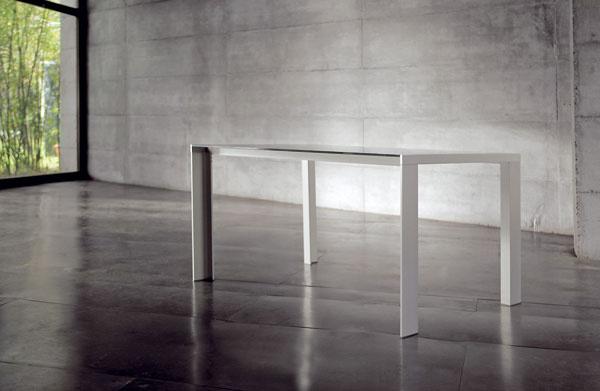 2006 Chat Double od Claudia Dondoliho aMarca Pocciho srámom takisto zanodizovaného hliníka vyrobila popredná firma Bonaldo, založená v30. rokoch minulého storočia (ešte v60. rokoch sa venovala výlučne výrobe postelí zrúrkovej ocele). Zmnohých stolov, ktoré Dondoli aPocci pre Bonaldo navrhli, má k Le Corbusierovej klasike najbližšie práve Chat Double, hoci nepatrí medzi najznámejšie stoly tohto typu od Bonalda. Chat Double napokon nie je ani typickým dielom tandemu – oblé tvary sú pre týchto dvoch dizajnérov ešte charakteristickejšie ako pre klasické diela Jesúsa Gasca. Dobrým príkladom je úspešné kreslo Gliss (2003), ktoré vytvorili pre firmu Pedrali. Od 2 250 €, Bonaldo