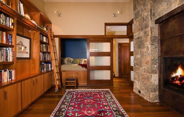 ... a výborne využiteľné aj v oveľa tradičnejšej situácii. Ani v izbe, kde sa posteľ normálne vyskytuje, nemusíte svoje nočné súkromie vystavovať na obdiv, ak nechcete. Dekoru posuvných dverí jednoducho môžete prisúdiť úlohu zaujímavého interiérového prvku a je to!