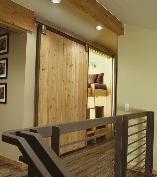 Rozmerovo aj priestorovo by všetko presne sedelo, keby sa dala spálňa urobiť vo výklenku na schodisku? Prečo nie? Že je to na mieste, kadiaľ sa cez deň veľa prechádza, v zóne, ktorá nikdy nebola definovaná ako súkromná? No, môžete sa o pohľad do svojej postele podeliť s hosťami alebo svoj brlôžok zamaskujte za posuvné dvere, nech sa tvári ako vstavaná skriňa či vchod do pivnice. Šikovné...