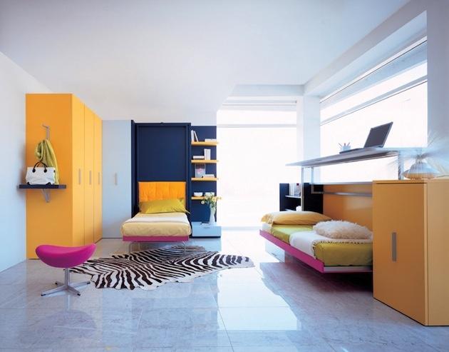 Pri skladacích posteliach a nábytkových premenách je dôležitá funkčnosť. Tá sa s nekonvenčnosťou a dizajnovými výstrelkami možno aj nezhodne. Ale len na prvý pohľad. Stačí trocha fantázie, farebnej a materiálovej odviazanosti a vrcholne praktická, funkčne efektívna posteľ zažiari veselými neónovými farbami. Tak dobrú noc a priestranný deň!