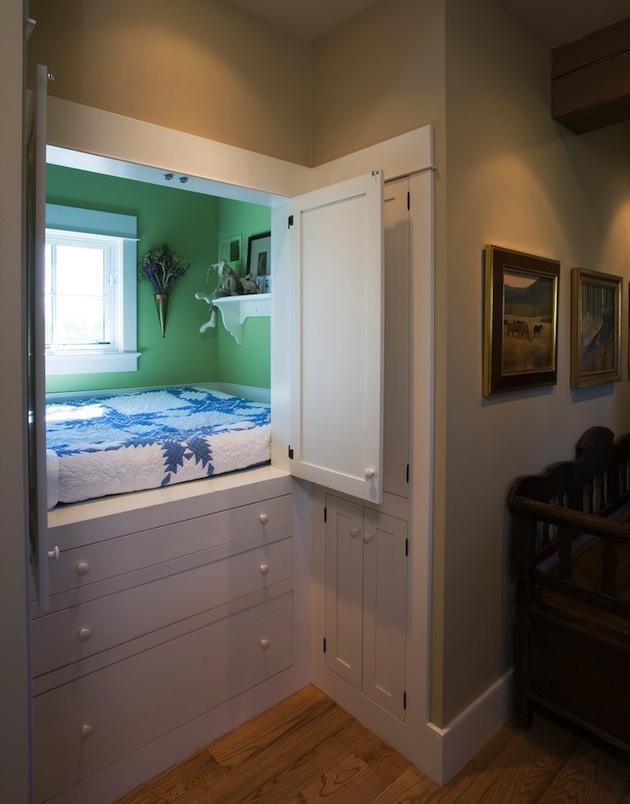 Alebo to skúste inak a držte sa pritom overeného postupu – všetko, čo zaberá miesto, treba hodiť do skrine. Prečo by posteľ mala byť výnimkou? Vidíte, niektoré skrine sú bezodné. Sem sa napríklad zmestilo aj okno. Uvedomili ste si niekedy, aké neefektívne sú klasické posteľné rošty? :)