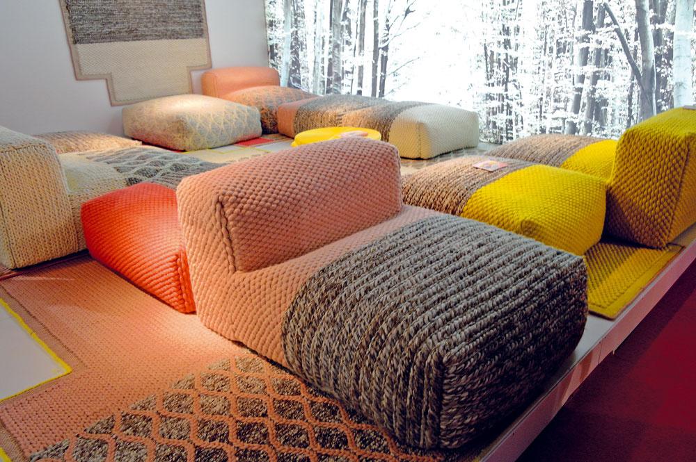 Firma GAN predstavila novú zaujímavú predstavu o bývaní od Patricie Urquiloly. Nová kolekcia Mangas space využíva štruktúru a povrch priemyselného koberca a presúva ich na sedací nábytok. Hrubú a zdanlivo drsnú štruktúru zjemňujú trendové farby. Nesmie chýbať lososová