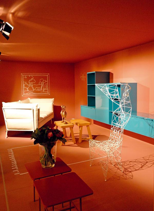 Značka Cappellini predstavila svoje novinky v niekoľkých nezávislých boxoch, v ktorých ukázala svoj pohľad na zariadenie obývačky či spálne kozmopolitného domu. Zamerali sa na slobodné kombinovanie materiálov, tvarov a hlavne farieb, medzi ktorými nesmeli chýbať odtiene ružovej a broskyňovej. (foto: Cappellini)