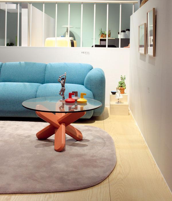 Dôraz sa kladie na komfort a príjemný pocit zdomova vďaka prívetivosti dizajnu nábytku. Tvar sedačiek sa jemne zaobľuje rovnako ako línie konferenčného stolíka. V tomto duchu sa niesla aj expozícia značky Normann Copenhagen.