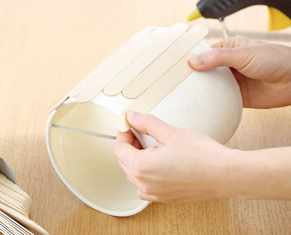 Lopatku prilepte na tienidlo. Vlepení pokračujte tak, aby lopatky striedavo prečnievali zvrchu aj zospodu tienidla.