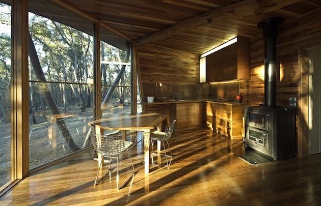Ojedinelá chata z úžitkového dreva