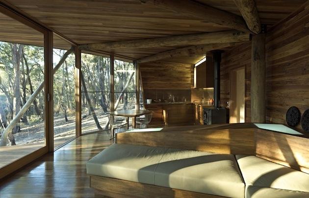 Vnútorné zariadenie chaty je jednoduché, v rovnakých odtieňoch dreva ako exteriér, aby sa nenarušili spoločné línie.