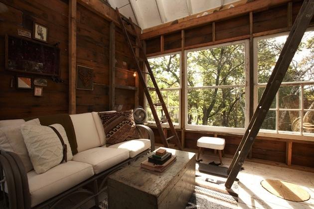 Tomov dom na strome je kompletne vybavený a poskytuje dostatok pohodlia.