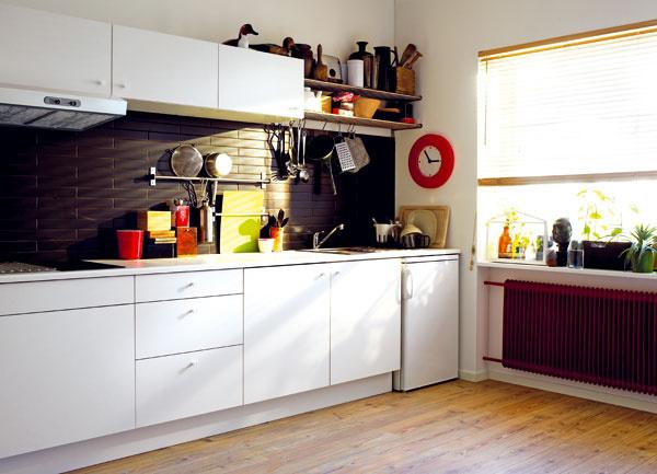 Kuchyňa Faktum Härlig sbielou laminátovou pracovnou doskou, 399 € (bez drezu, batérie aspotrebičov), IKEA  Chladnička smrazničkou Lagan, A+, objem 118/18 l, 179 €, IKEA