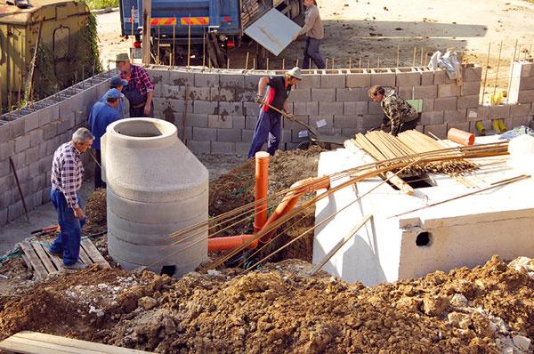 Dve tretiny celkových nákladov na výstavbu išli na terénne úpravy aoporný múr. Pod záhradou je umiestnená podzemná zberná nádrž na dažďovú vodu sobjemom 11 000 l, ktorá zabezpečuje polievanie.  Zavlažovanie, čerpadlá či nabíjanie elektrických zariadení sa automaticky spúšťajú podľa toho, ako je to energeticky najvýhodnejšie vzhľadom na výrobu vlastnej elektrickej energie adodávky jej prebytkov do siete.