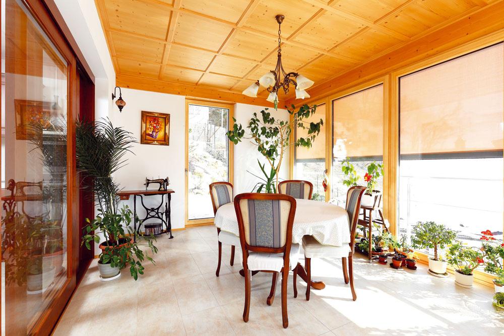 Zimná záhrada bola vytvorená ako lapač tepelnej energie. Veľké okná sú vprípade príliš vysokých tepelných ziskov tienené textilnými slnečnými clonami, ktoré slúžia zároveň ako ochrana pred hmyzom. Odolávajú aj vetru srýchlosťou nad 80 km/h. Nezaclonené okná prepustia 60 % tepelnej energie, zaclonené iba 9 %. Režim zacláňania je kombinovaný svetraním tak, aby teplota vzduchu vzimnej záhrade bola príjemná počas celého roka. Otom, že je to naozaj tak, hovorí skutočnosť, že sa zmenila na jedáleň, vktorej sa odohráva väčšina spoločenského života.