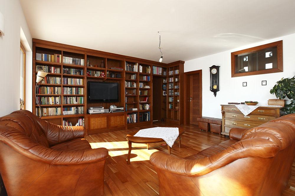 Veľký dôraz kládli na kvalitu materiálov aich ohľaduplnosť kprírode. Podlahy, nábytok, kuchyňa – všade je použitý masív.