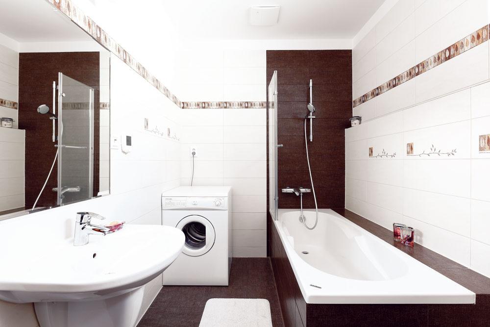 Ak niekto vstúpi do WC alebo kúpeľne, senzor zapne obehové čerpadlo a tým užívateľovi zabezpečí ohriatu pitnú vodu do dvoch sekúnd. Ak niekto otvorí okno, v miestnosti sa automaticky vypne nútené vetranie a kúrenie. Tienenie v zimnej záhrade, potok s vodopádom a jazierkom, ako aj závlažovanie sú riadené v závislosti od slnečného svitu a pohybu teploty.