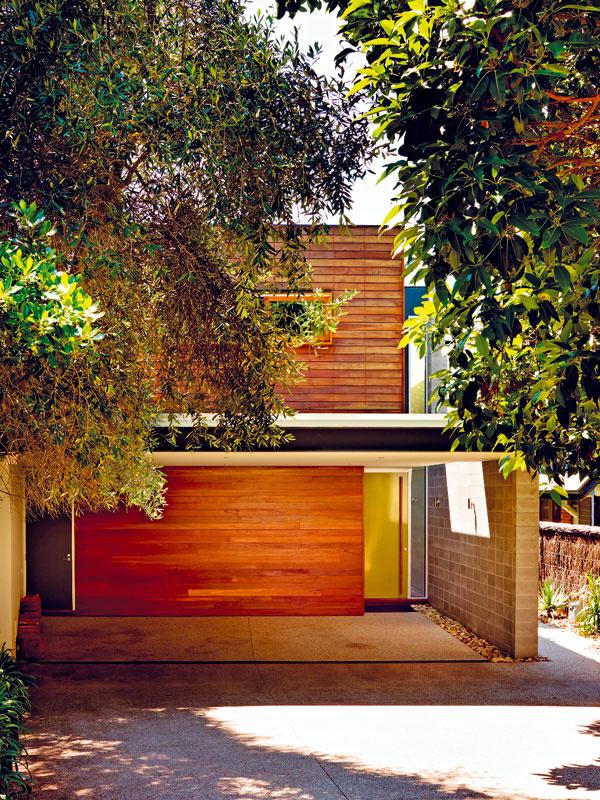 Južná strana, zktorej sa do domu vstupuje, je skrytá za ohybom slepej uličky či skôr cesty medzi záhradami. Vdome nie je garáž, autá stoja pod prístreškom pred vstupom.