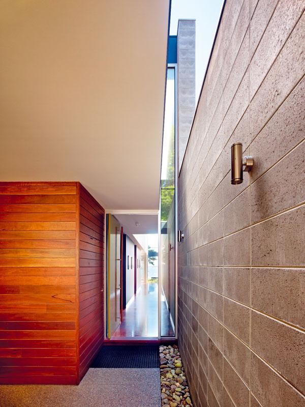 Cez svetlík napĺňa vstupnú halu svetlo, ktoré sa navyše zrkadlí vlesklej podlahe ztmavého dreva. Vnižšej vstupnej časti zároveň poskytuje atraktívny pohľad na koruny stromov aoblohu.