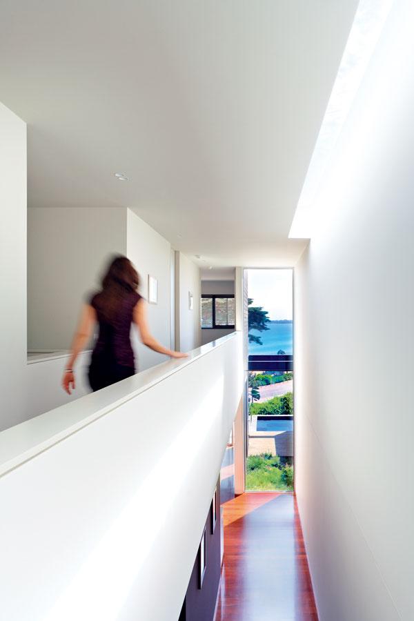 Hala vysoká cez dve podlažia sa na hornom rozširuje do otvorenej galérie, zktorej sa vstupuje do spální. Zmenšila síce úžitkový priestor na poschodí ovyše 16 m2, stálo to však za to.