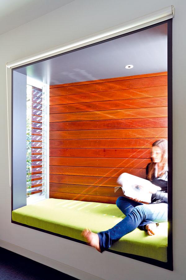 Arkiere, vktorých sa dá sedieť, sú architektonickým typom sdlhou tradíciou. Pre blízkosť susednej parcely ipre prudké slnko nemajú okno na čelnej stene. Do arkierov svieti slnko krátko, no aj tak ich pred horúcimi lúčmi chránia drevené lamely.