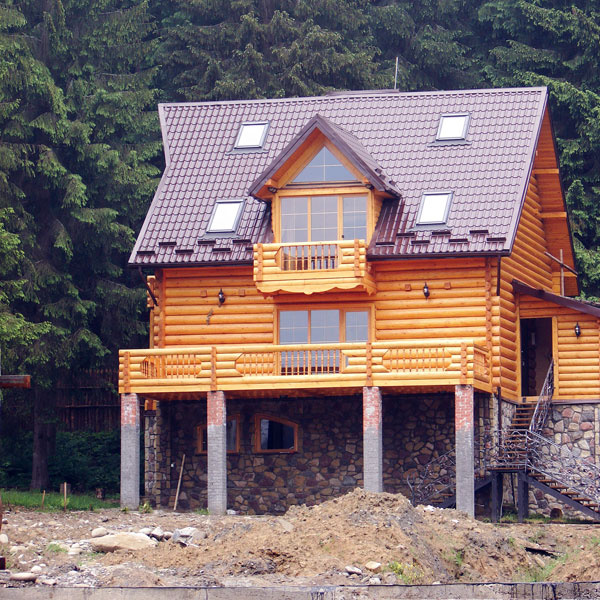 Je dôležité pochopiť prostredie – ato je úlohou projektanta. Najčastejším problémom pri stavbách napríklad na svahu je nesprávne alebo absentujúce odvodnenie pozemku aneskorší posun vrchných vrstiev.