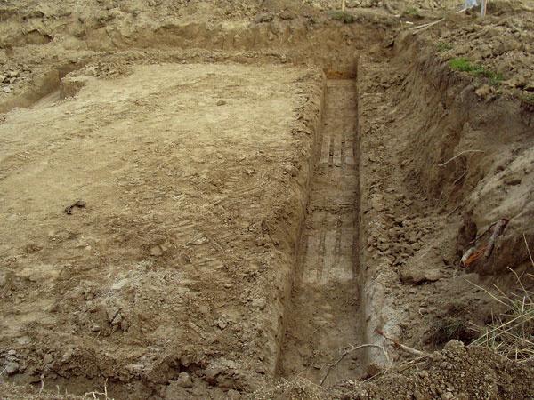 Pred prvým zakopnutím do zeme treba správne vytýčiť stavbu apresne vyznačiť miesta výkopov.
