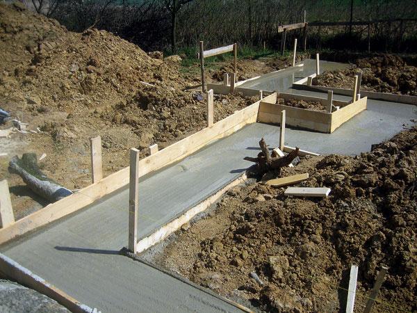 Postup výstavby presných základových pásov.