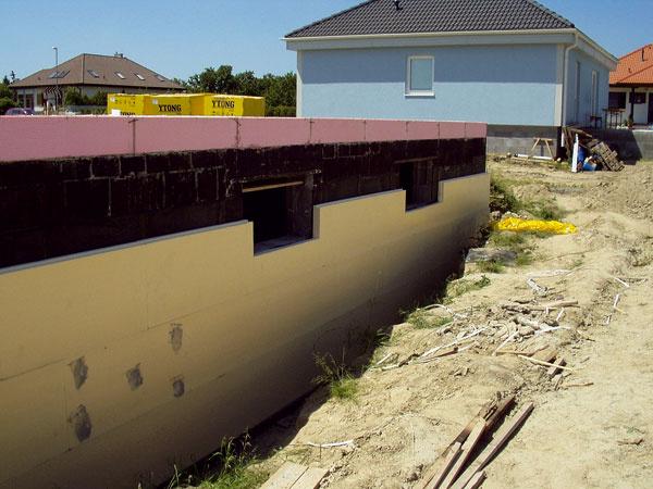 Spodná stavba musí byť dostatočne nadimenzovaná adobre zaizolovaná proti vlhkosti, vode aúniku tepla.
