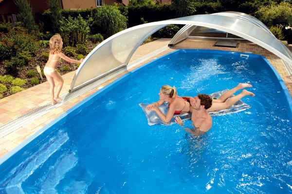Za bazénom budete pri posuvnom zastrešení potrebovať minimálne 2,5 m voľnej plochy, kde zložíte jednotlivé segmenty. Tento priestor vyplňte vrstvou štrku alebo betónom.