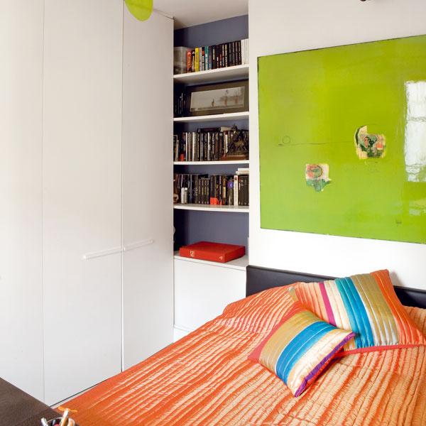 Na spálňu je vyhradený minimálny nutný priestor – len omálo väčší než posteľ. Odkladacích priestorov je tu však naozaj viac než dosť.
