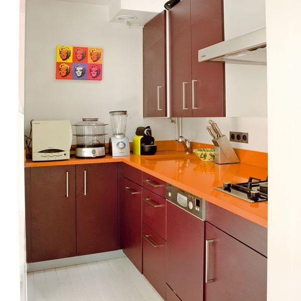 Vkuchyni je účelne využitý každý centimeter. Architekt zväčšil pracovnú plochu na linke tým, že minimalizoval drez avarnú dosku, ktorá má iba dva horáky. Vďaka tomu ostalo viac miesta na spotrebiče.
