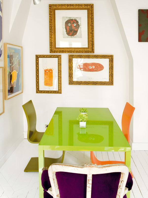 Jedáleň ajobývačka vjednom. Centrum bytu je zariadené atypicky, pre Jeana-Philippa však prakticky – namiesto gauča stolovanie aj pre priateľov, namiesto televízora hora kníh.