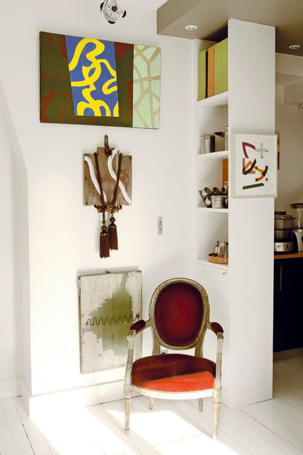 Police, ktoré oddeľujú jednotlivé priestory, umožnili maximálny prístup denného svetla, vytvorili vizuálne otvorený priestor amajiteľovi bytu poskytli dostatok miesta na uloženie zbierky kníh aumeleckých diel.