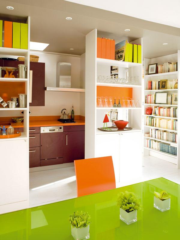 Vstup do kuchyne lemujú policové skrinky – otvorené police vhornej auzavreté skrinky vdolnej časti poskytujú dostatok odkladacieho priestoru, apritom kuchyňu neuzatvárajú pred prístupom svetla ani pred ostatnými miestnosťami bytu.