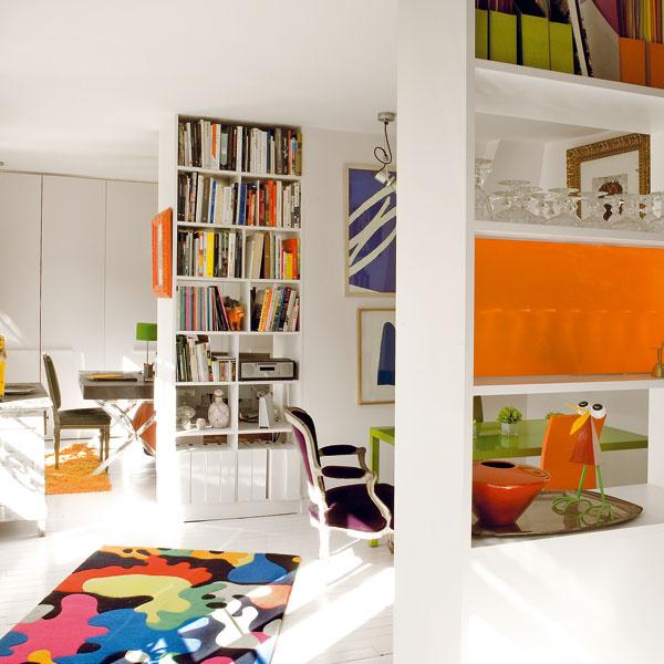 Útulný aj otvorený. Hoci zkaždého miesta vidno aj ostatné priestory – presne tak, ako si to želal majiteľ, byt pôsobí veľmi útulne (pohľad z kuchyne smerom kspálni).