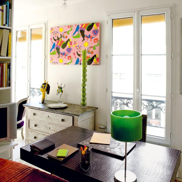 Písací stôl, ktorý stojí pri konci postele, povyšuje spálňu na viacúčelovú spálňo-pracovňu. Zároveň podporuje členenie priestoru azintenzívňuje pocit súkromia.