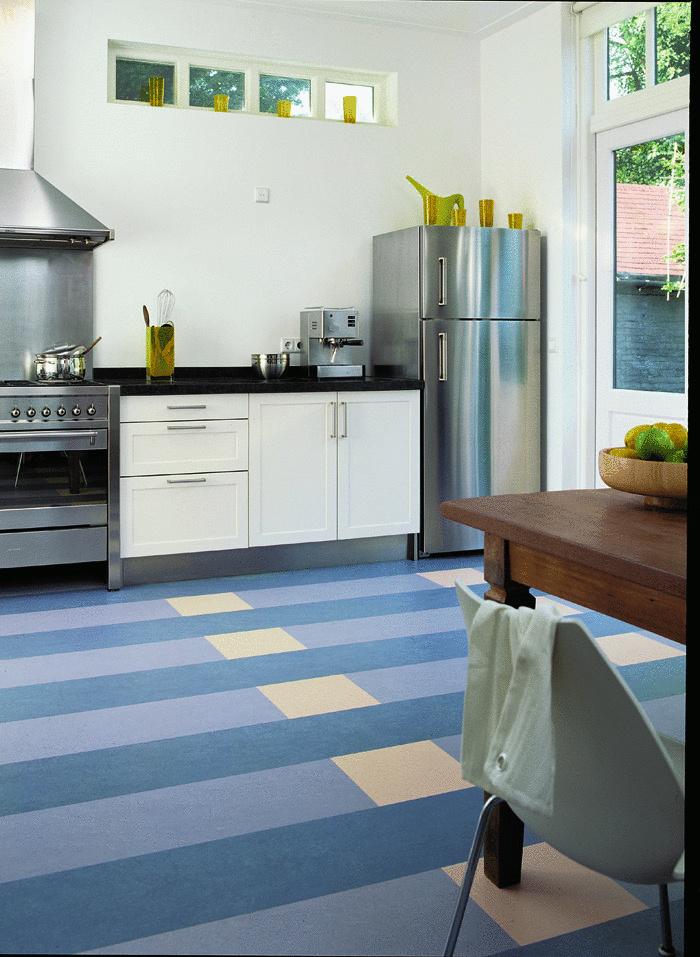 Podlaha marmoleum click má priamo z výroby aplikovanú krokovú podložku z korku (foto Forbo/predáva KPP)