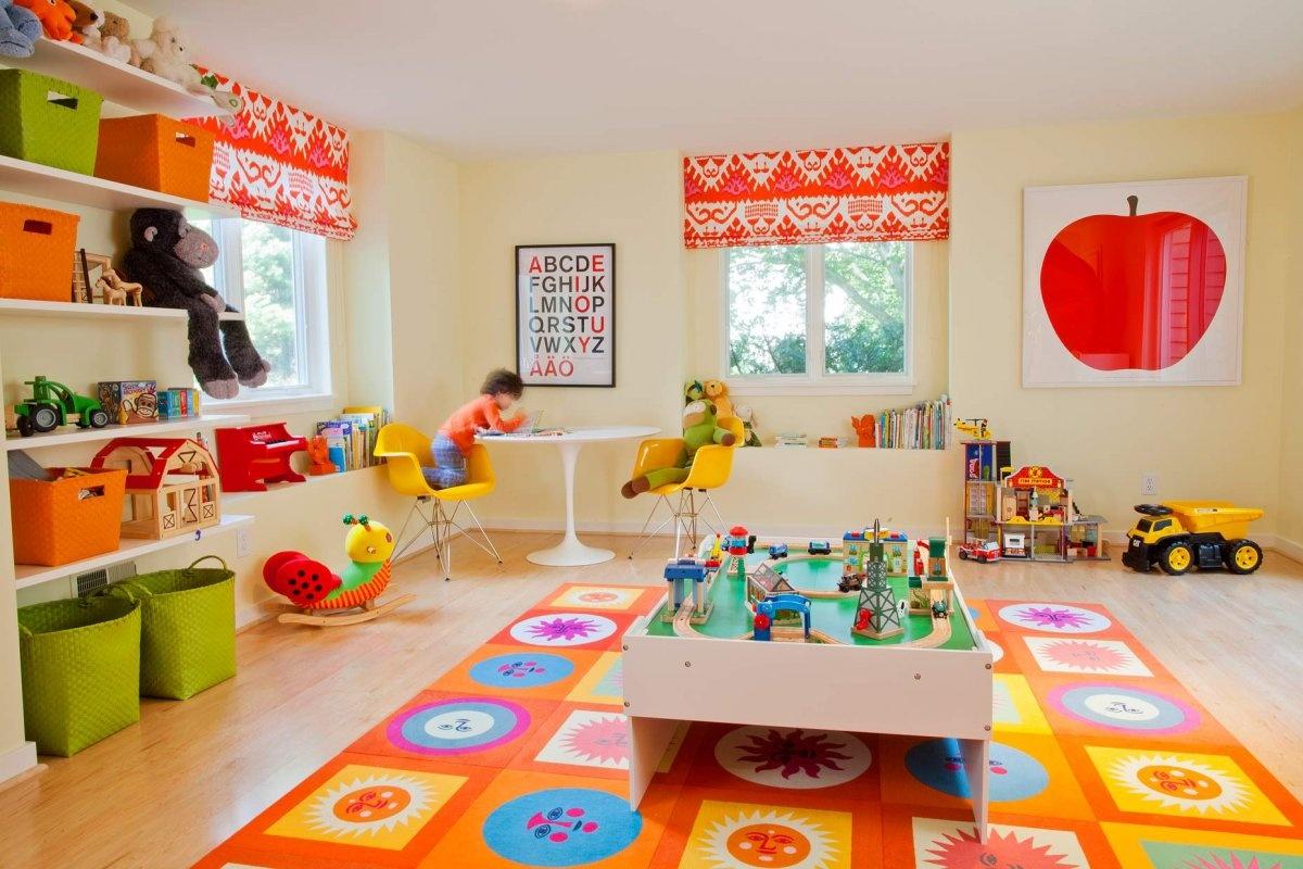 Svietivá oranžová ako základ v spolupráci s inými jasnými pastelovými farbami. Priestor naozaj žiari. Aj vy máte chuť na úsmev?
