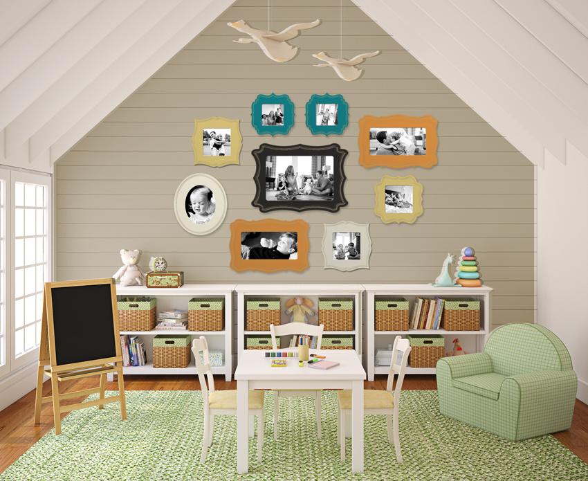 Výrazné rámiky s romantickým retro nádychom a v pestrých farbách môžu byť dominantným detailom celého priestoru. Ak obrázky vymeníte za veselé rodinné fotky, deti sa tiež potešia.
