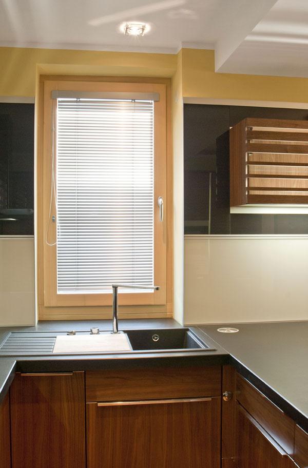Drevená časť drevohliníkového okna je celá vinteriéri, apreto možno použiť aj transparentnú povrchovú úpravu, ktorá zvýrazňuje kresbu dreva avytvára ešte väčší pocit pohody apríjemnej atmosféry.