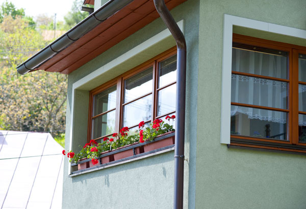 Takmer 10-ročné drevené okná, ktoré neboli vôbec ničím ošetrené. Sú stále vo veľmi dobrej kondícii, perfektne fungujú, izolujú anevyžadujú takmer nijakú údržbu.
