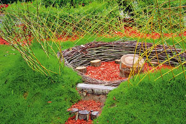 Odpočívadlo z prútia. V prírodne ladenej záhrade sa žiada vytvoriť si relaxačné kútiky, altány či ležoviská. Najvhodnejšie je pritom použiť prírodné materiály. Pomocou dreva, trávnej mačiny a vŕbových prútov môžete vytvoriť zaujímavé dielka, ktoré vnesú do záhrady príjemnú harmóniu. Na realizáciu odpočívadla si vyberte vlhkejšie (ideálne zamračené) počasie, aby mali trávna mačina a plôtik z vŕbového prútia čo najlepšie podmienky na štart. Okolie takéhoto netradičného odpočívadla sa žiada aj pekne vysadiť. Vhodné sú najmä aromatické trvalky alebo bylinky.