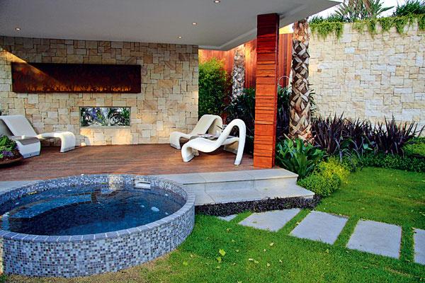 Záhradná obývačka s vírivkou. Záhrady predstavujú rozšírený priestor domu. V lete sa v nich stoluje a relaxuje, slúžia ako miesto hier či domáce pracovisko. Toto všetko si však vyžaduje priestor precízne naplánovať, zakomponovať doň vhodné prvky a rastliny. Tie by mali mať reprezentatívny charakter. Ideálne sú dlhokvitnúce druhy, ktoré ponúkajú aj ďalšie benefity ako príjemnú vôňu (bylinky) či zaujímavé zvukové efekty (bambusy).  Osviežujúcim doplnkom môže byť malá vodná vírivka – pobyt v nej možno oceníte oveľa viac ako v bazéne a nezaberie ani tak veľa miesta.